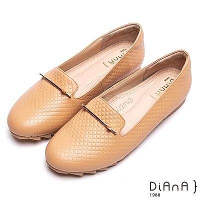 DIANA漫步雲端厚切焦糖美人-壓格紋金屬釦飾平底休閒鞋-卡其