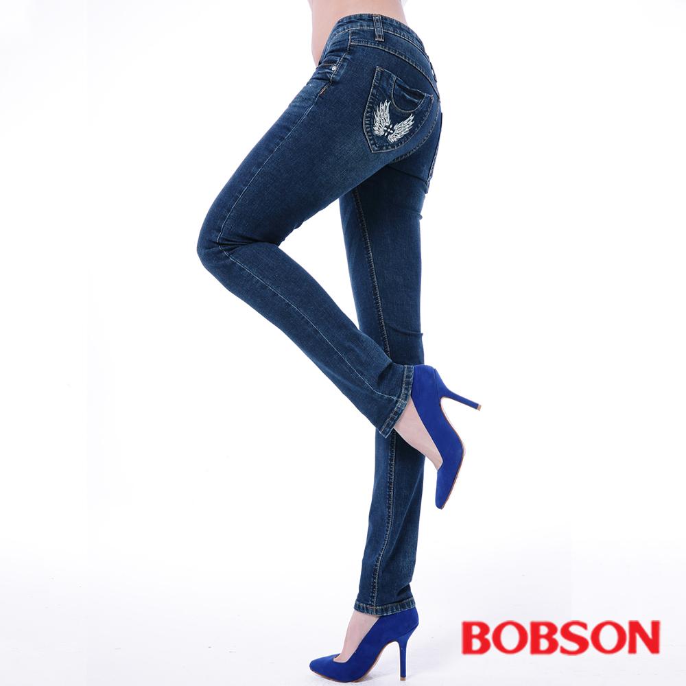 BOBSON 後袋刺繡.貼飾.小直筒褲(中藍)