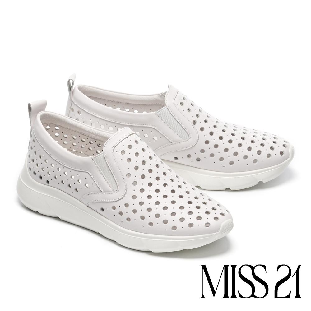 休閒鞋 MISS 21 清新自然沖孔造型全真皮厚底休閒鞋-白