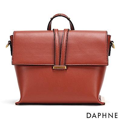 達芙妮DAPHNE-銅金鉚釘梯型斜揹手拿包-紅棕