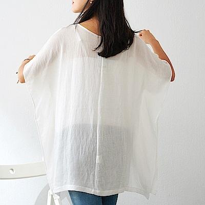 慢 生活 微透亞麻感蝙蝠袖垂墜罩衫- 白/黑