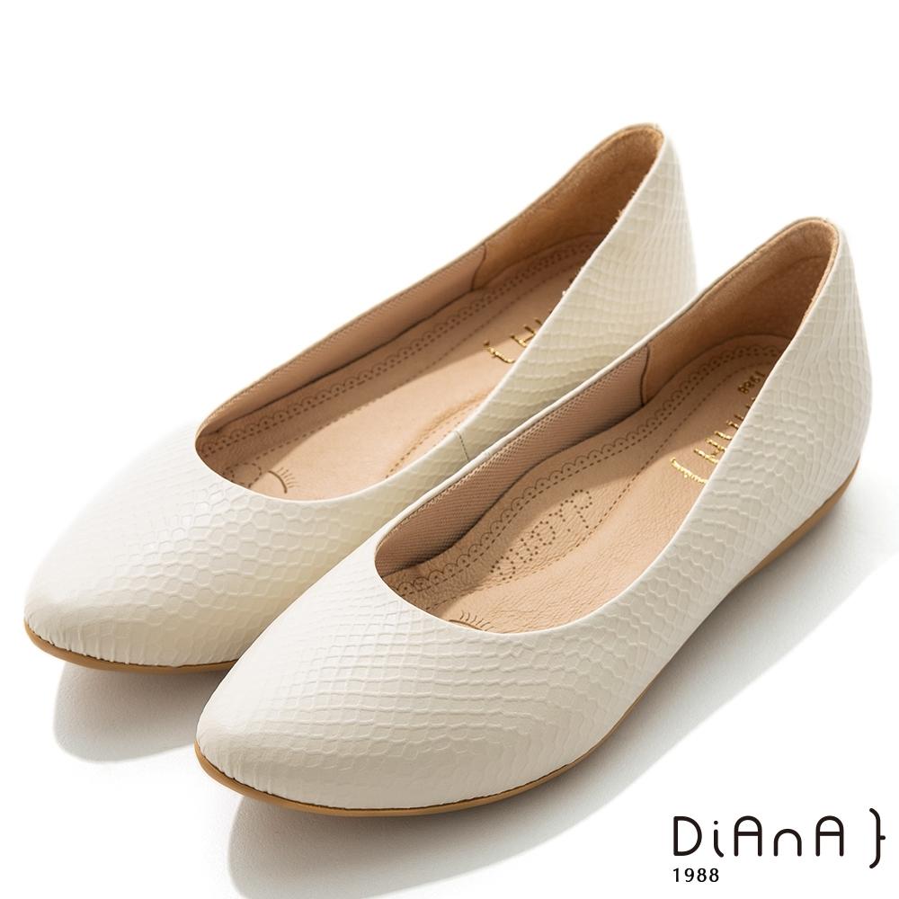 DIANA 2cm布拉格紋羊皮尖頭內增高楔型跟鞋-米