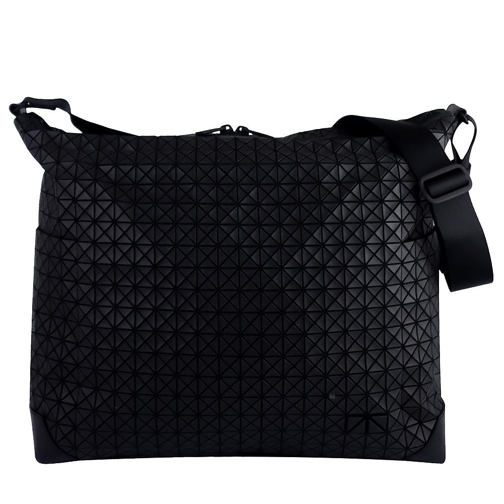 ISSEY MIYAKE 三宅一生BAOBAO皮質壓印三角方格大型斜背包(黑)