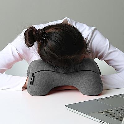 米夢家居-午睡防手麻-多功能記憶趴睡枕/飛機旅行車用護頸凹槽枕-灰(一入)