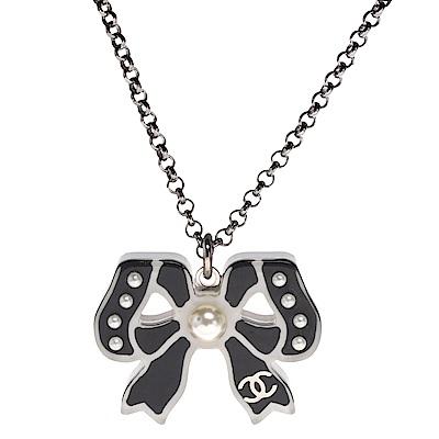 CHANEL 經典雙C LOGO珍珠鑲嵌樹脂蝴蝶結墜飾項鍊(銀)