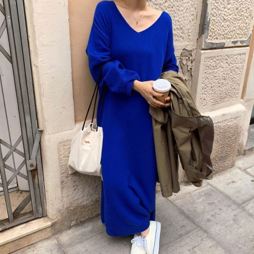 MOCO氣質寬鬆V領慵懶風超長版針織毛衣側開叉過膝長版洋裝