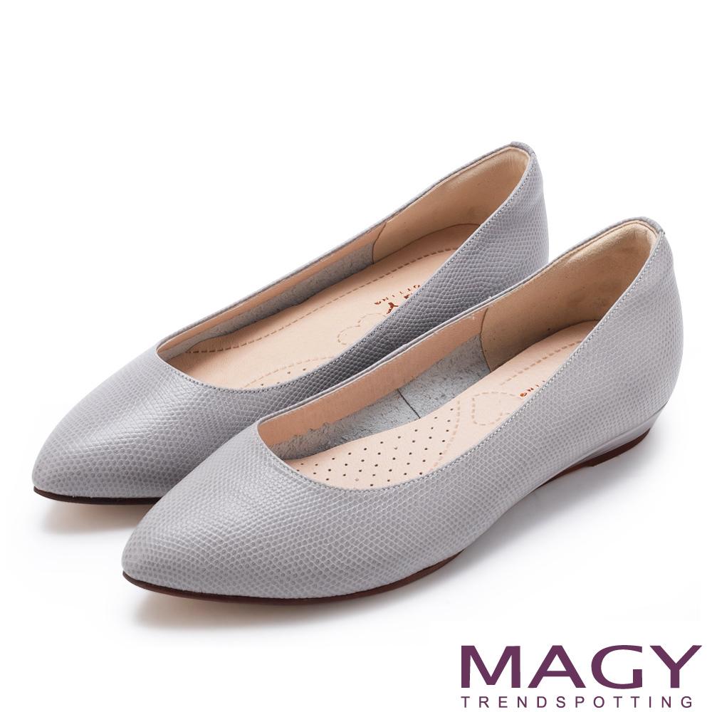 MAGY 清新氣質款 親膚舒適尖頭平底鞋-壓紋灰