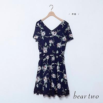 beartwo 渡假花印前後V領收腰雕花蕾絲洋裝(深藍)