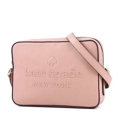 KATE SPADE 專櫃款 漆皮浮雕LOGO荔枝紋拉鍊斜背相機包-霧粉色