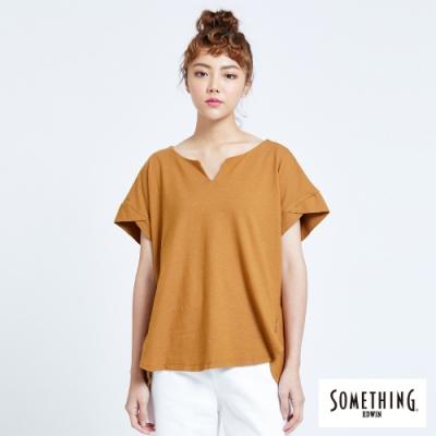SOMETHING 簡約個性剪裁 短袖T恤-女-土黃色