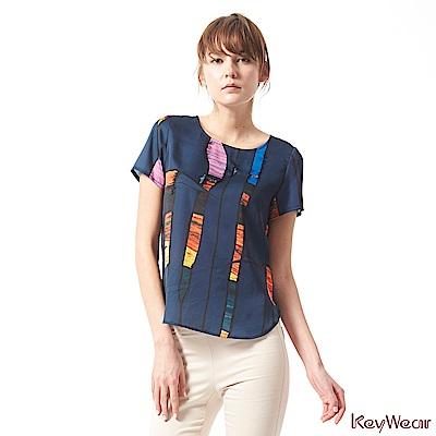 KeyWear奇威名品    雅致光景窗花緞面短袖上衣-深藍色