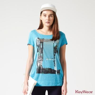 KeyWear奇威名品    輕薄透氣街景印花上衣-水藍色