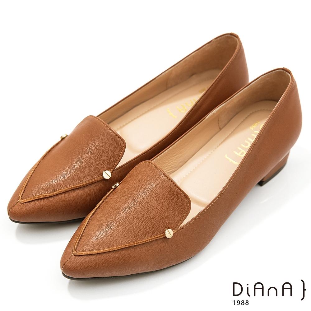 DIANA 2.7cm–細緻羊皮金屬鉚釘v字微笑縫線尖頭樂福跟鞋-溫潤質感–榛果棕