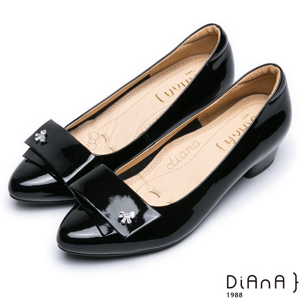 DIANA對折飾釦漆皮尖頭水鑽低跟鞋-個性有型–黑