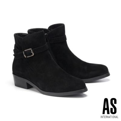 短靴 AS 金屬環繞帶釦造型麂皮尖頭高跟短靴-黑