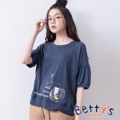 betty's貝蒂思 英文印花甜美五分袖上衣(深藍)
