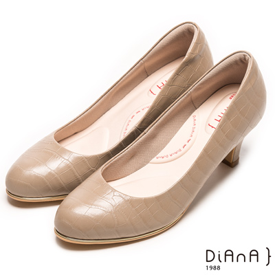 DIANA 漫步雲端輕盈美人款—狂野壓紋亮澤金框真皮跟鞋-卡其