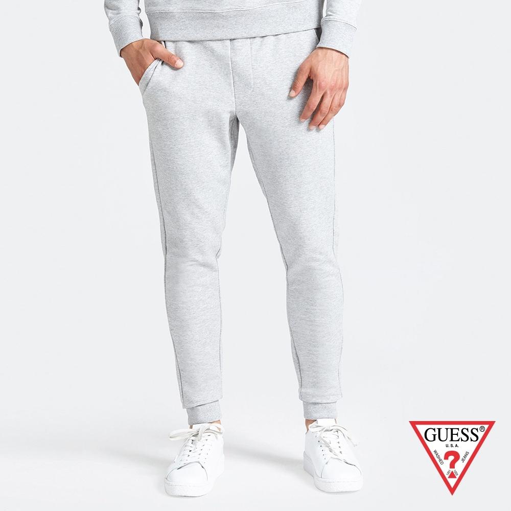 GUESS-男裝-素色運動休閒縮口褲-淺灰 原價1790