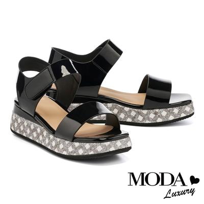 涼鞋 MODA Luxury 夏日清新亮感漆皮一字魔鬼氈厚底涼鞋-黑