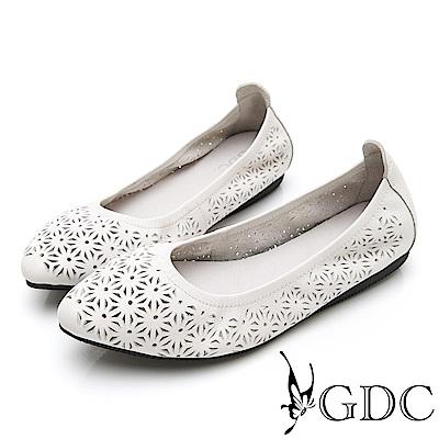 GDC-真皮雕花舒適素色尖頭平底包鞋-米色