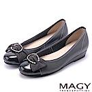 MAGY OL通勤專屬 水鑽C型釦+抓皺蝴蝶結平底鞋-灰色