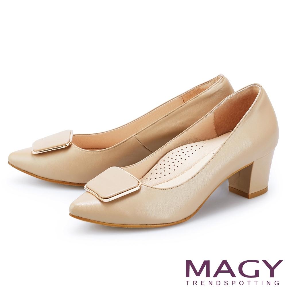 MAGY 造型金屬方釦真皮尖頭 女 中跟鞋 淺棕