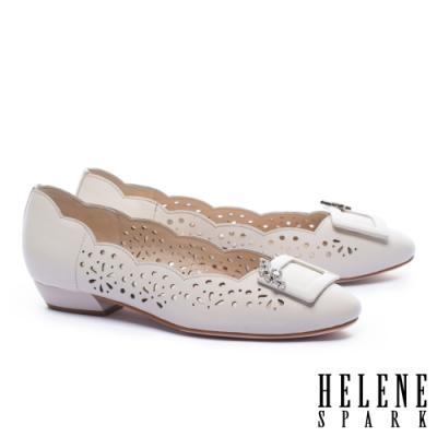 低跟鞋 HELENE SPARK 柔美典雅晶鑽方釦沖孔低跟鞋-米