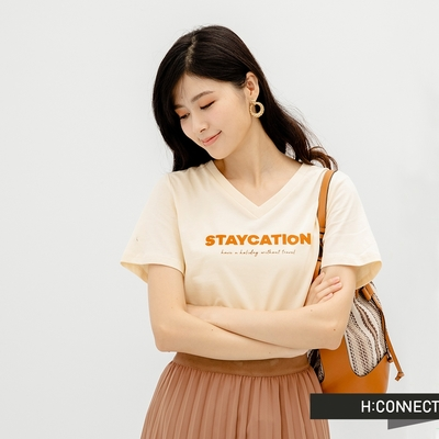 H-CONNECT 韓國品牌 女裝-率性V領英文字樣個性T恤-米