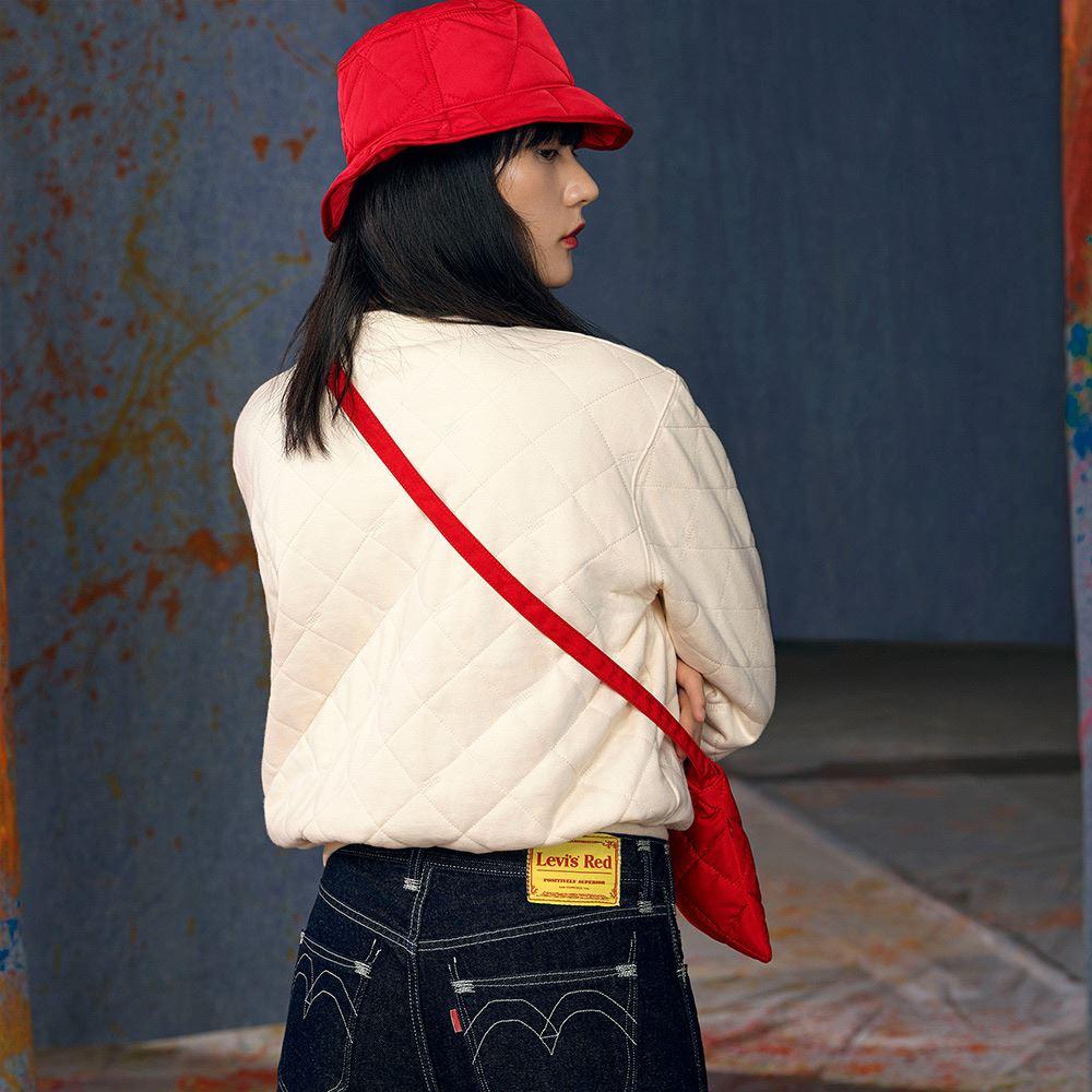 Levis Red 工裝手稿風復刻再造 女款 雙面穿鋪棉重磅大學T 寬鬆休閒版型 象牙白