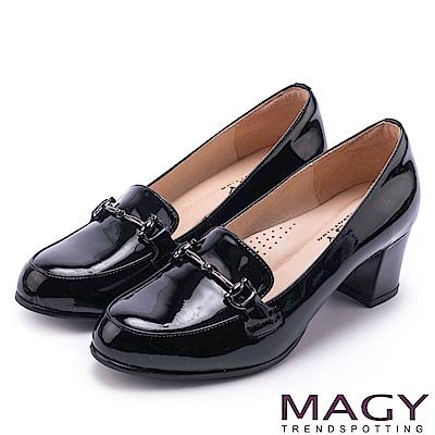 MAGY 氣質首選 金屬飾釦牛皮中跟鞋-黑色