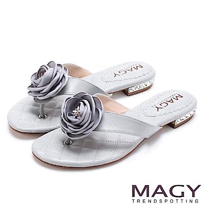 MAGY 夏日休閒甜美款 玫瑰羊皮跟鑽夾腳拖鞋-灰藍
