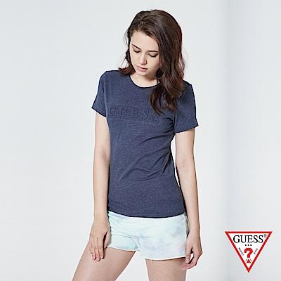 GUESS-女裝-浮雕壓印文字短T,T恤-藍 原價1390