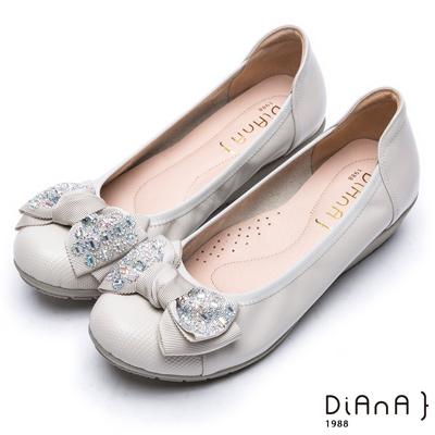 DIANA 迷人可愛—裝飾蝴蝶結真皮圓頭娃娃鞋-米白