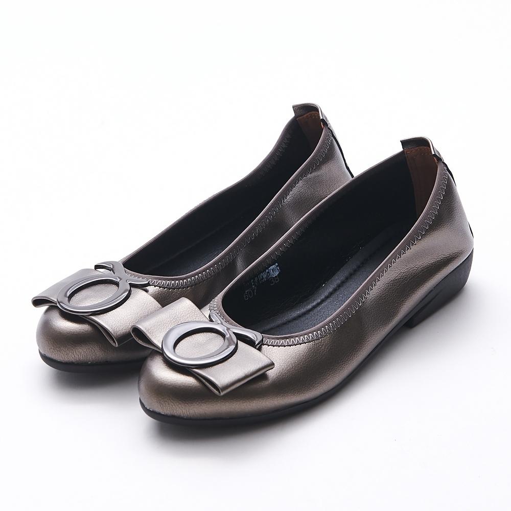 A one  通勤上班符號飾釦蝴蝶結低跟包鞋-古銅