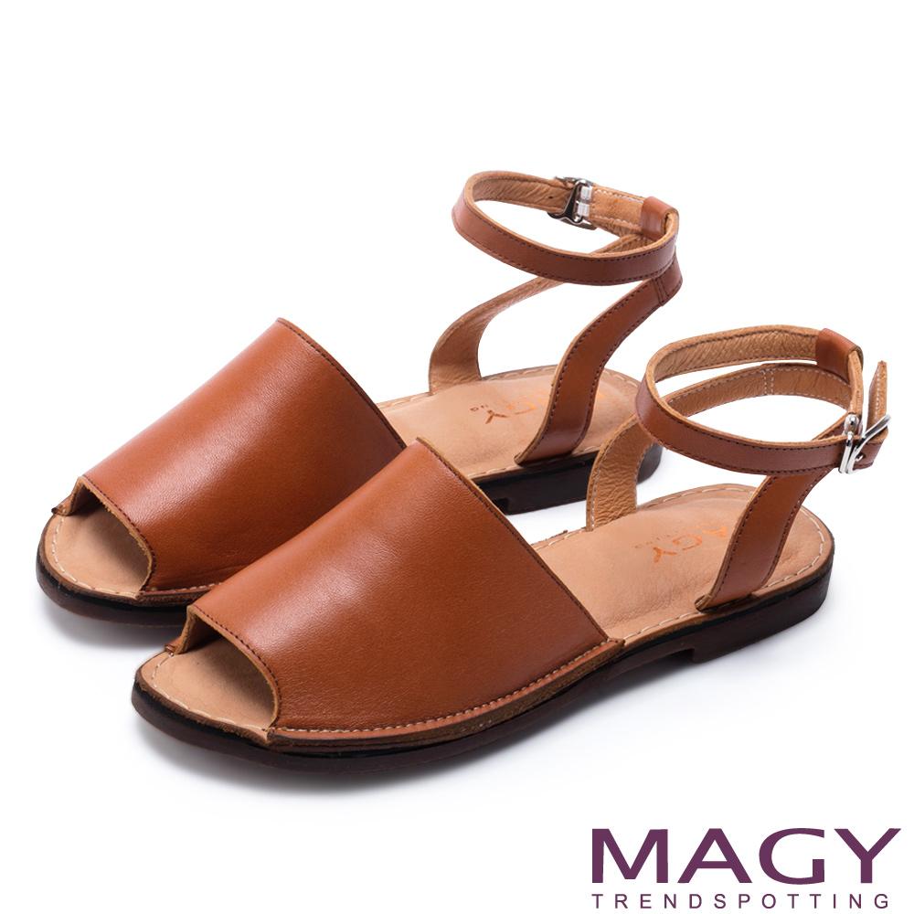 MAGY 夏日時尚 簡約寬版皮革一字繞帶平底涼鞋-棕色