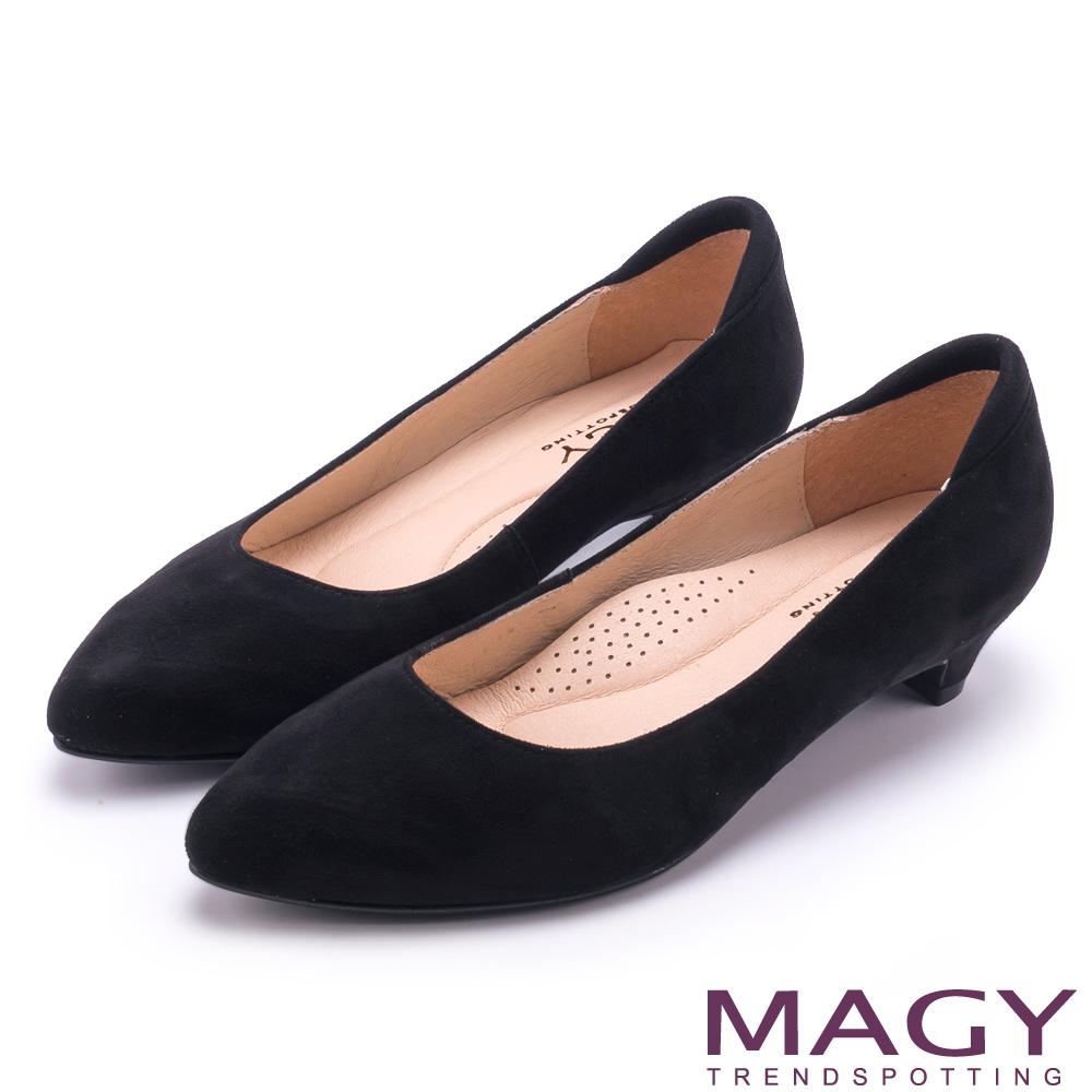 MAGY 簡約OL通勤款 親膚防磨素面尖頭低跟鞋-黑色
