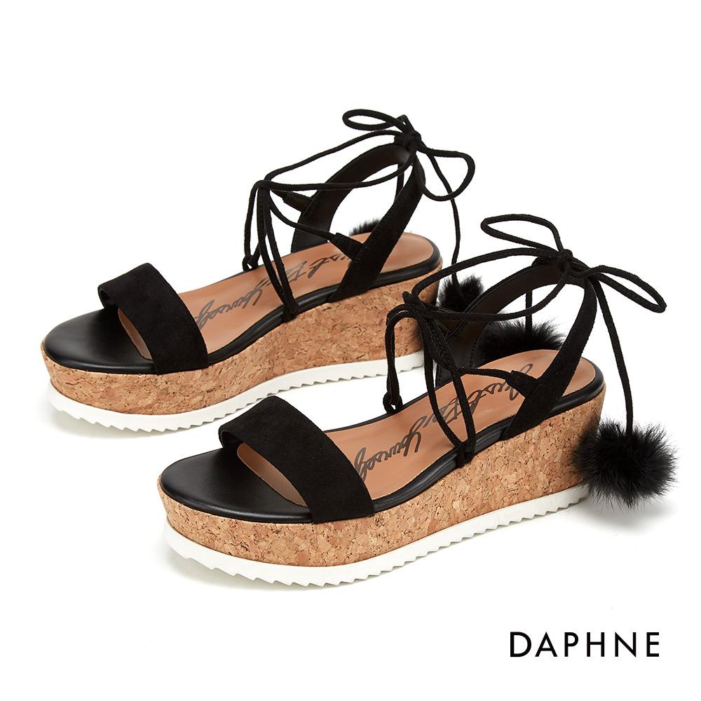 達芙妮DAPHNE 涼鞋-俏麗小毛球交叉綁帶楔型涼鞋-黑色