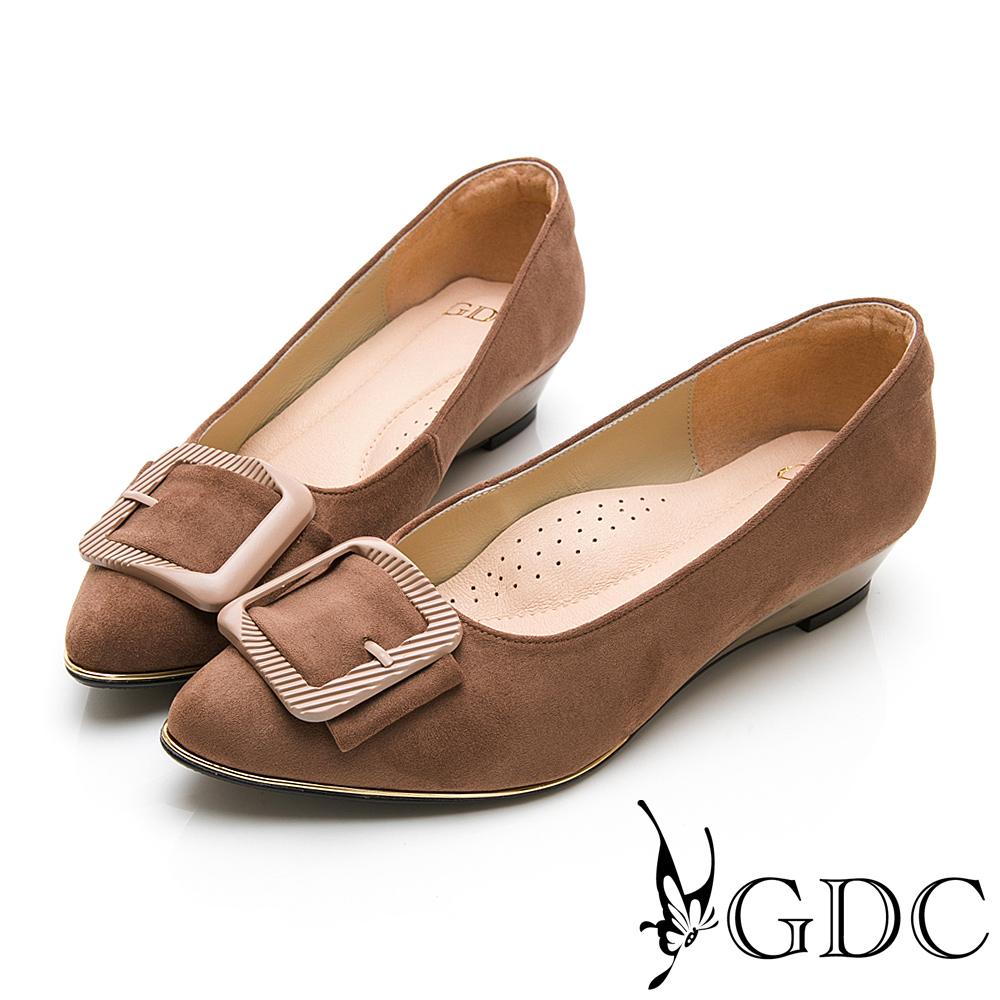 GDC-尖頭質感方扣素色上班低跟包鞋-卡其色