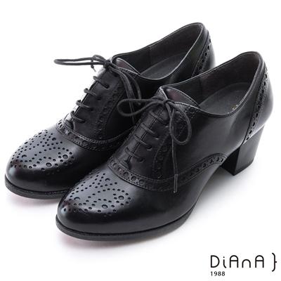 DIANA 英倫學院--質感雕花沖孔綁帶真牛皮跟鞋-黑