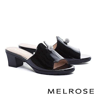 拖鞋 MELROSE 時髦晶鑽飾釦球軟牛漆皮粗高跟拖鞋-黑