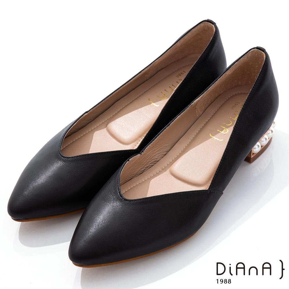 DIANA 3cm羊皮線條珍珠電鍍飾釦尖頭低跟鞋-優雅女伶-黑