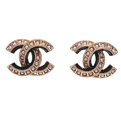 CHANEL 經典珍珠鑲嵌雙C LOGO黑色飾邊造型夾式耳環(黑X金)
