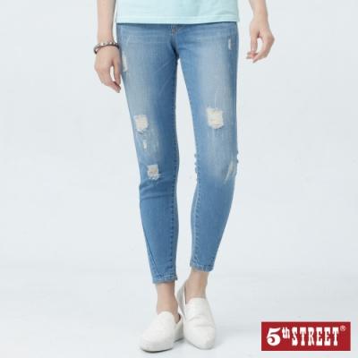 5th STREET 高含棉修身 窄直筒牛仔褲-女-拔洗藍
