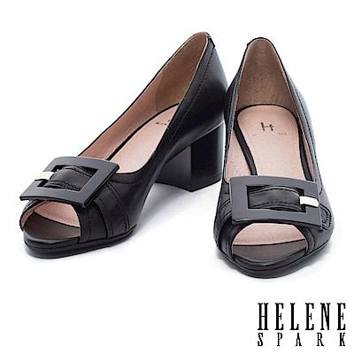 高跟鞋 HELENE SPARK 典雅氣質繫帶方扣魚口羊皮粗高跟鞋-黑