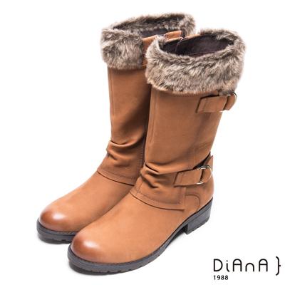 DIANA 質感玩味–暖心絨毛率性擦色雙釦帶長靴 -棕
