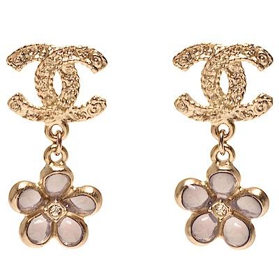 CHANEL 經典雙C LOGO琉璃水鑽鑲嵌花朵墜飾針式耳環(金X粉)