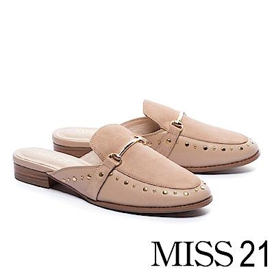 拖鞋 MISS 21 摩登異材質拼接鉚釘羊麂皮穆勒低跟拖鞋-米