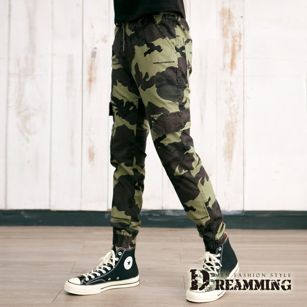 Dreamming 工裝迷彩布標側袋彈力縮口褲 鬆緊 慢跑褲-共二色 (軍綠)