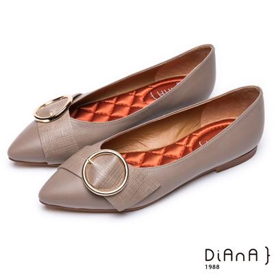 DIANA 璞石典雅–圓金屬釦帶真皮尖頭平底鞋-淺卡其