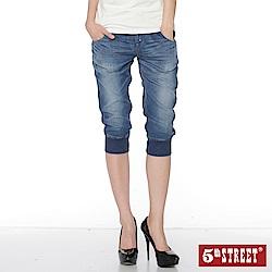 5th STREET 活力休閒束口七分牛仔褲-女-拔洗藍